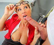 Смотреть трах в пизду горячей блондинки продавщицы с самцом в раздевалке - 2