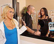 Смотреть порно молоденькой медсестры в кабинете врача с пациентом - 1