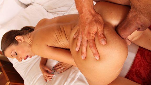 Анальный секс сексуальной шатенки с натуральными сиськами