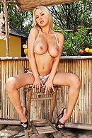 Смотреть анальный секс с грудастой блондинкой на свежем воздухе #2