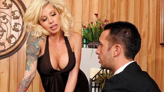 Смотреть секс со зрелой секретаршей блондинкой и похотливым боссом