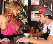 Грудастая официантка блондинка дает трахнуть себя на барной стойке в пизду - 1