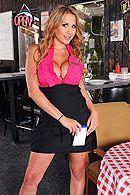 Грудастая официантка блондинка дает трахнуть себя на барной стойке в пизду #1