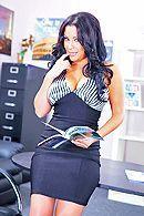 Смотреть секс с пышной брюнеткой секретаршей и её боссом #1