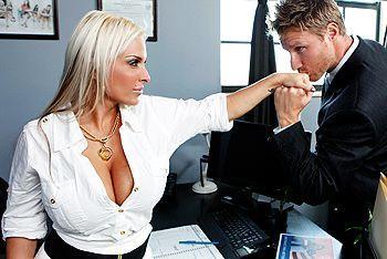 Классический секс с грудастой блондинкой с бритой вагиной