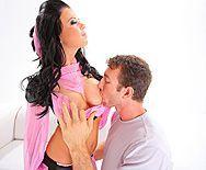 Смотреть вагинальный секс с черноволосой девкой с большими сиськами - 1