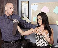 Смотреть трах в пизду стройной брюнетки с начальником - 1
