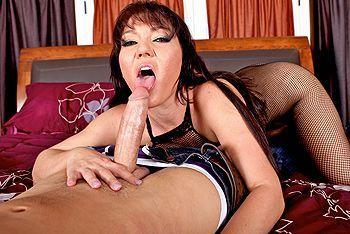 Смотреть порно с черноволосой женщиной на большом пенисе