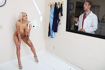 Безумный секс в лаборатории с сексуальной стройной блондинкой