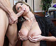 Порно сексуальной блондинки с большими сиськами на высоких каблуках - 2