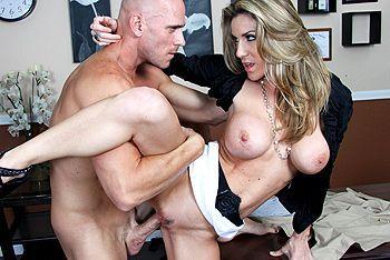 Порно сексуальной блондинки с большими сиськами на высоких каблуках