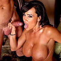 Порно видео с сексуальной горячей брюнеткой с огромными сиськами