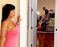 Порно видео с сексуальной горячей брюнеткой с огромными сиськами - 1