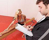 Смотреть вагинальный секс грудастой блондинки с татуировками на йоге - 1
