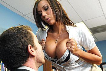 Смотреть секс втроем со зрелыми грудастыми училками в школе