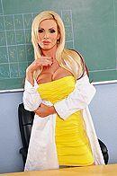 Смотреть секс втроем со зрелыми грудастыми училками в школе #1