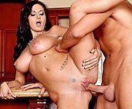 Порно с сексуальной зрелой брюнеткой с огромными сиськами - 5
