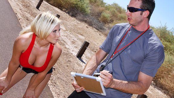 Безумный секс тренера с сексуальной блондинкой с большими сиськами в раздевалке