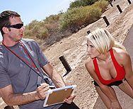 Безумный секс тренера с сексуальной блондинкой с большими сиськами в раздевалке - 1