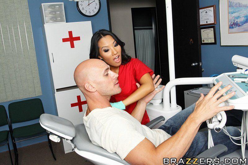 Японка медсестра с большими сиськами помощница стоматолога