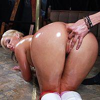 Анальный трах зрелой блонды с большой задницей