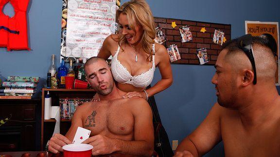Красивый трах сексуальной мамочки с большими сиськами