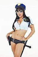 Тёлка в униформе полицейского трахается в пизду с накаченным бруталом #1