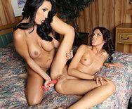 Горячие брюнетки лесбиянки дрочат анал секс игрушками - 5