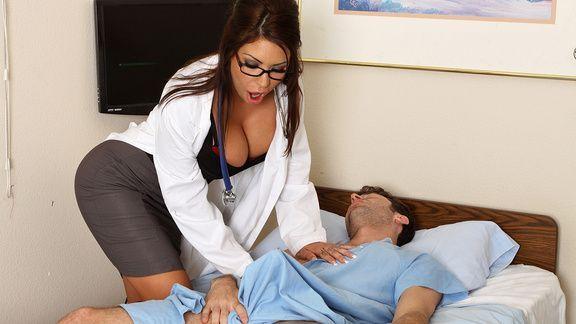 Порно озабоченной сексуальной медсестры с пациентом