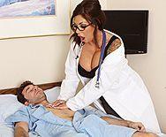 Порно озабоченной сексуальной медсестры с пациентом - 1
