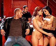 Жаркий групповой секс на вечеринке с длинноногими сексуальными шлюхами в чулках - 1