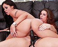 Обаятельные лесбиянки трахаются резиновым страпоном - 5