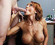Горячее порно рыжей сексуальной проститутки в чулках с молодым парнем в офисе - 2