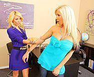 Длинноногие блондинки мастурбируют в офисе бритые киски - 1