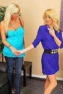 Длинноногие блондинки мастурбируют в офисе бритые киски #5