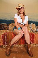Секс молодой пышной блондинки с большими сиськами в сарае #1