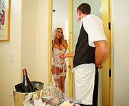 Смотреть жаркий секс невесты с работником отеля в номере - 1