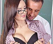 Страстный секс брюнетки с учителем на столе - 1