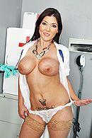 Смотреть анал пациента с развратной молоденькой медсестрой в чулках #2