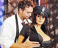 Смотреть порно с ненасытной брюнеткой в униформе полицейской - 1
