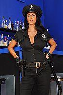 Смотреть порно с ненасытной брюнеткой в униформе полицейской #1