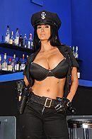 Смотреть порно с ненасытной брюнеткой в униформе полицейской #2