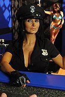 Смотреть порно с ненасытной брюнеткой в униформе полицейской #5