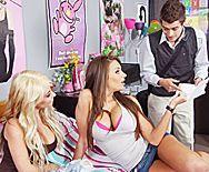 Страстный секс молодой училки в чулках со студентом в общаге - 1