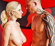 Смотреть жаркое порно татуированного парня с молодой блондинкой на теннисном столе - 1