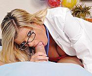 Порно пациента со зрелой развратной медсестрой в чулках - 2