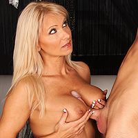 Секс молодого парня со зрелой блондинкой в обе щелки