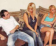 Секс молодого парня со зрелой блондинкой в обе щелки - 1