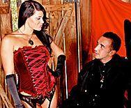 Смотреть жесткий секс в сарае с сексуальной дерзкой брюнеткой в сапожках - 1