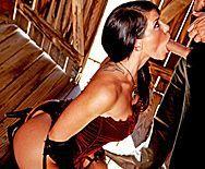 Смотреть жесткий секс в сарае с сексуальной дерзкой брюнеткой в сапожках - 2